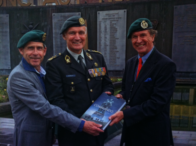 De auteurs met Commandant der Strijdkrachten Tom Middendorp
